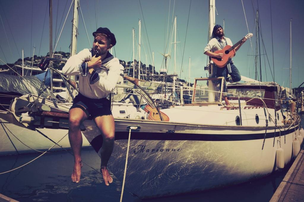 Hannes (re.) und Ben auf der Marianne (©Sailing Conductors)